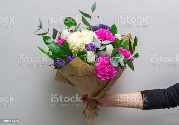 Woman hand holding flowers picture id655275476?b=1&k=6&m=655275476&s=612x612&h=5wjolje0su2pbagfgtehxdmpcwvhzy02la5kn0jz4zm=