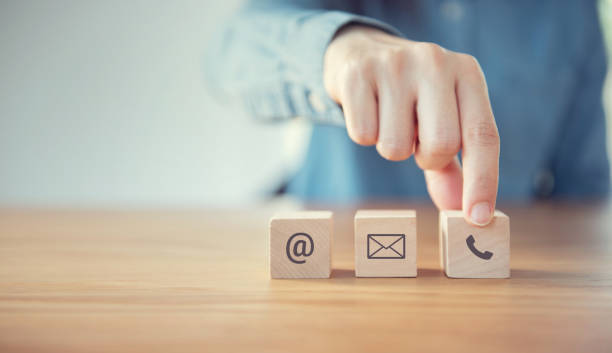 contáctenos, mujer sosteniendo mano (correo, teléfono, correo electrónico) icono. concepto de soporte al cliente, copiar espacio - física fotografías e imágenes de stock
