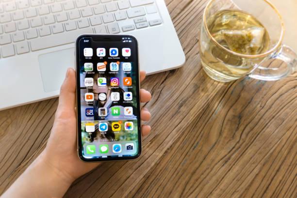 iphone 11を持つ女性の手 - スマホ編集 ストックフォトと画像