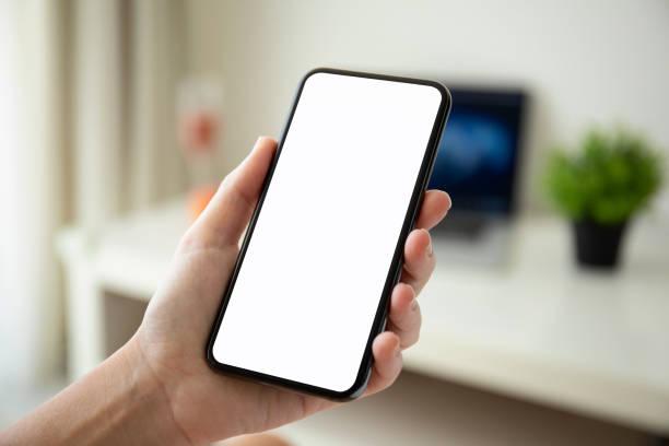 Frau Hand mit Telefon mit isolierten Bildschirm in Zimmer-Haus – Foto