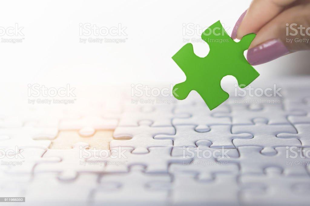 Frau Hand hält Stück Puzzles in grün, Business Team, Einheit-Konzept – Foto