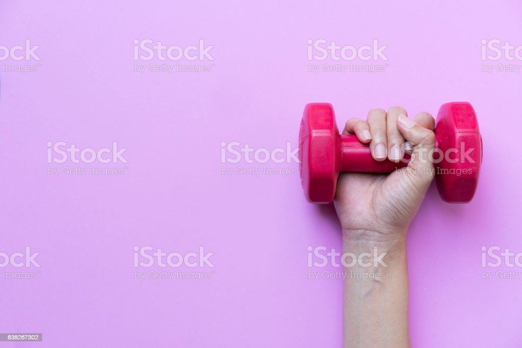 Frau Hand mit Rot Hantel auf rosa Hintergrund – Foto