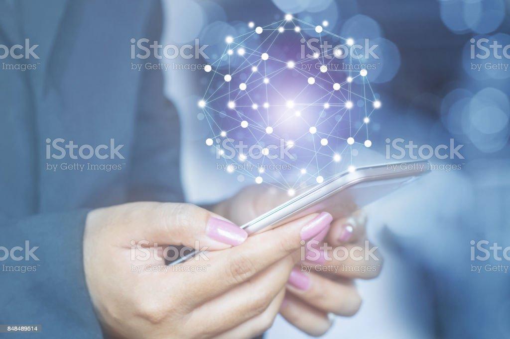 Frau Hand mit Smartphone mit globalen Netzwerk-Verbindung – Foto