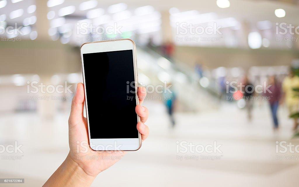 Woman hand holding the white smartphone. photo libre de droits