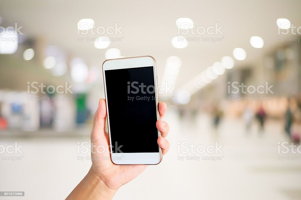 Woman hand holding the white smartphone. photo libre de droits