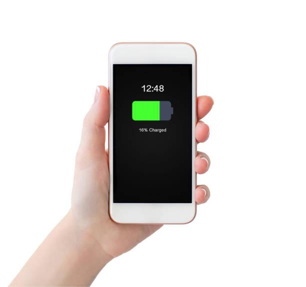 frau hand mit weißen handy mit aufgeladenem akku auf bildschirm - sinnvolle wörter stock-fotos und bilder