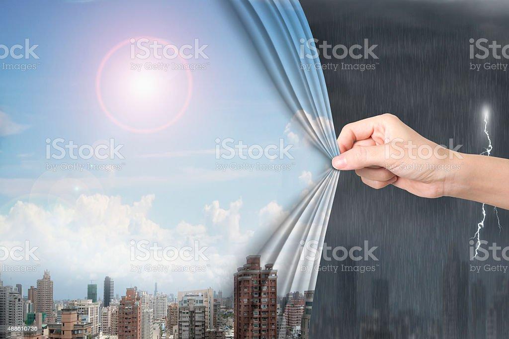 Frau hand ziehen sonnigen Himmel Stadtlandschaften Vorhang über stürmischen – Foto