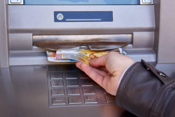 vrouw hand nemen zwitserse franc bankbiljetten - franken stockfoto's en -beelden