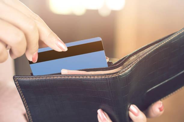frau hand nehmen kreditkarte aus schwarzem geldbörse, einkaufs- und zahlungsbedingungen konzept - karte ziehen stock-fotos und bilder