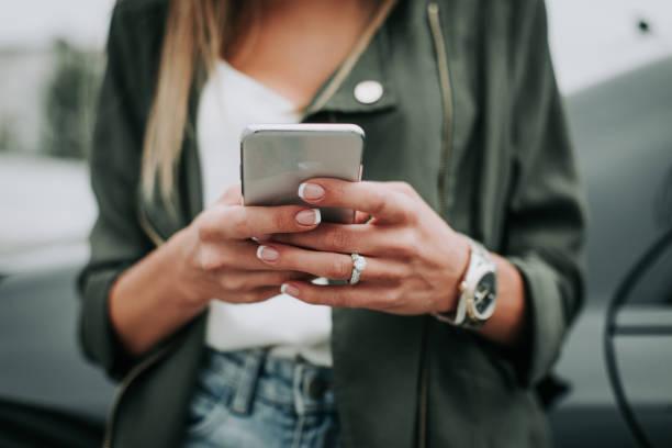 女性の手の外携帯に入力します。 - 女性 手 ストックフォトと画像