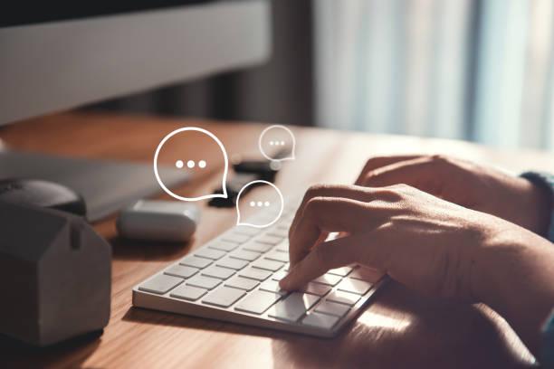 携帯電話のスマートフォンとキーボードのラップトップ上の女性の手入力, アプリケーション通信デジタルwebとソーシャルネットワークの概念上のチャットライブチャット - 文章 ストックフォトと画像