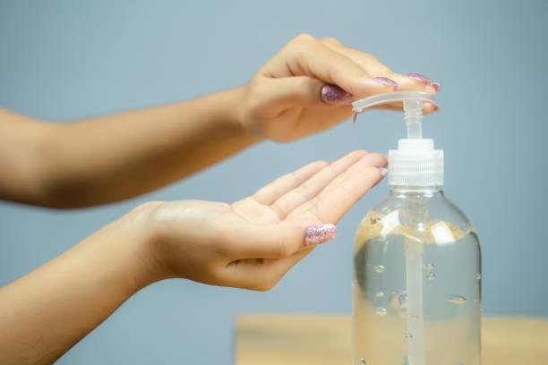 Frau Hand mit Alkohol Waschgel für die Reinigung desinfektionsgel – Foto