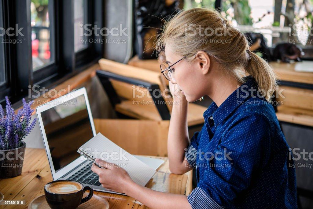 Woman hand using laptop computer on wooden table photo libre de droits