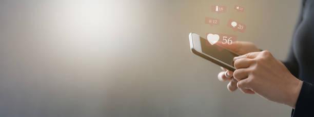 Frau Hand mit Smartphone für soziale Medien und E-Commerce-Konzept – Foto