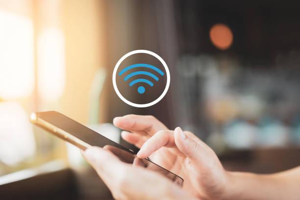 vrouw hand met behulp van smart phone met wifi icon abstracte achtergrond bij coffee shop met kleurrijke bokeh licht. - router stockfoto's en -beelden