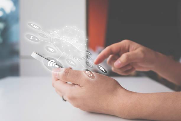 vrouw hand met smartphone met pictogram technologie communicatie en internet van dingen (iot). innovatieve gemak slim leven concept - gemak stockfoto's en -beelden