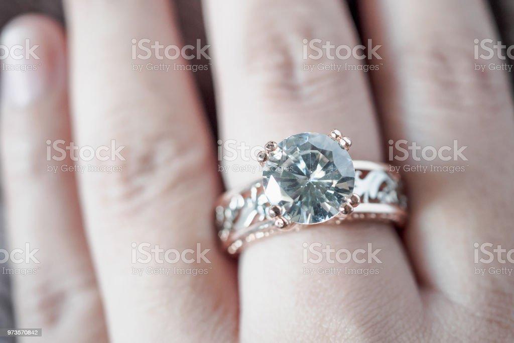 bague diamant main
