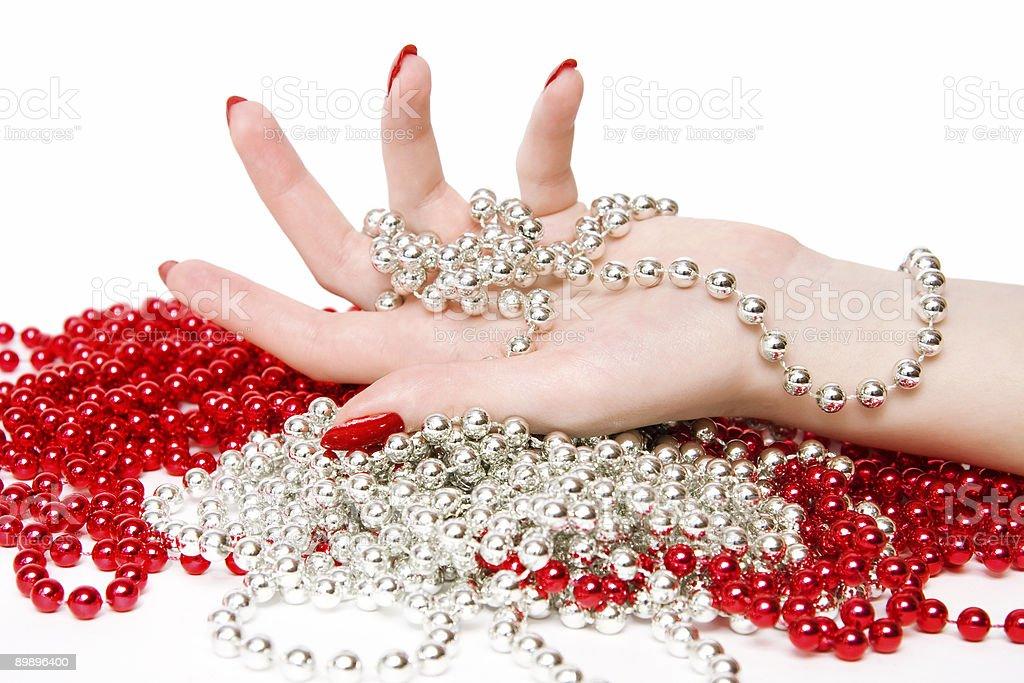 Frau hand mit Rot und Silber glassbeads Lizenzfreies stock-foto