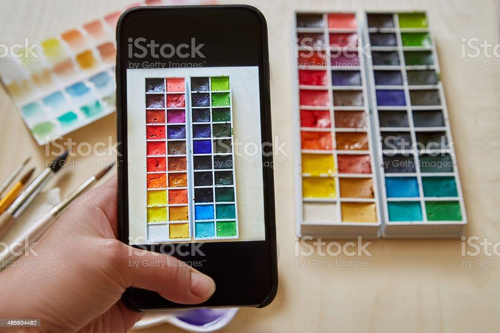 Женщина руку с смартфон-принимает изображение стоковое фото