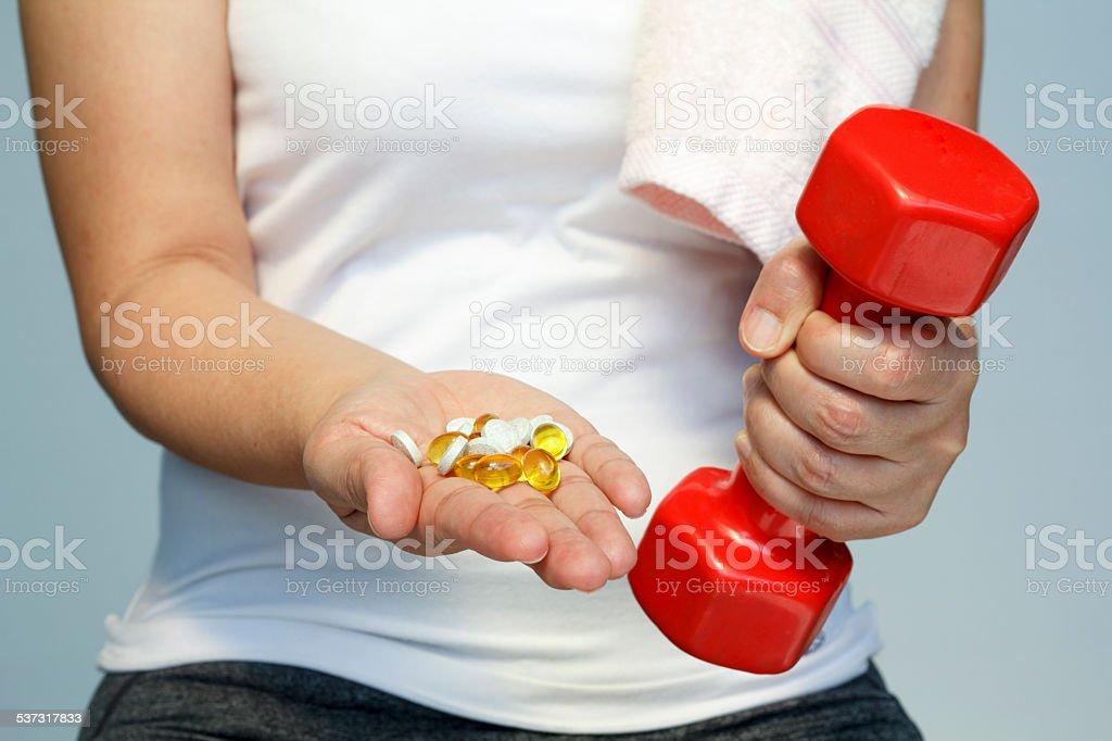 Frau hand mit Vitaminen und Medikamente – Foto
