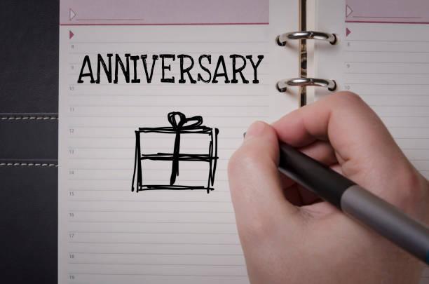 frau hand schreiben jubiläum - trauzeuge glückwünsche stock-fotos und bilder
