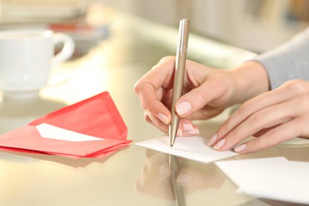 mulher escrita à mão cartão de saudação em casa - mensagem - fotografias e filmes do acervo