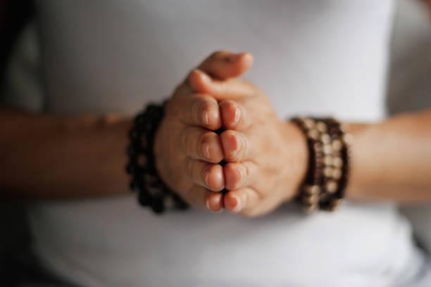 frau hand yoga darstellen. praxis der meditation und beten im innenbereich. - konzentrationsübungen stock-fotos und bilder