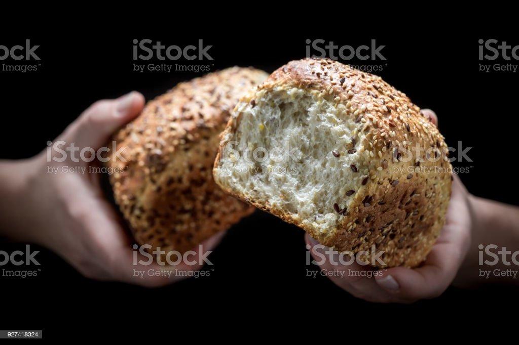 Frau Hände und Brot auf schwarzem Hintergrund – Foto