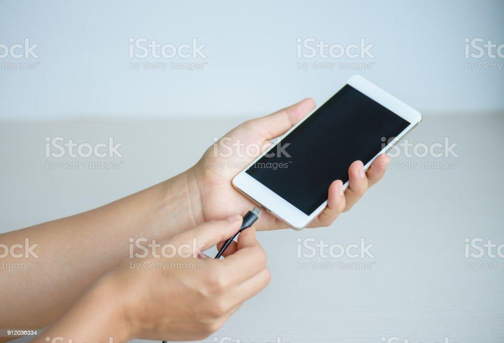 Frau Hände angeschlossenen Ladegerät für Smartphone zu Hause – Foto