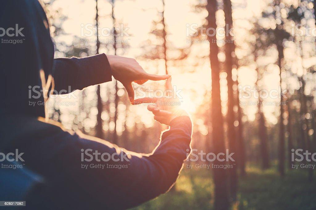 Woman hands framing far sunlight – zdjęcie