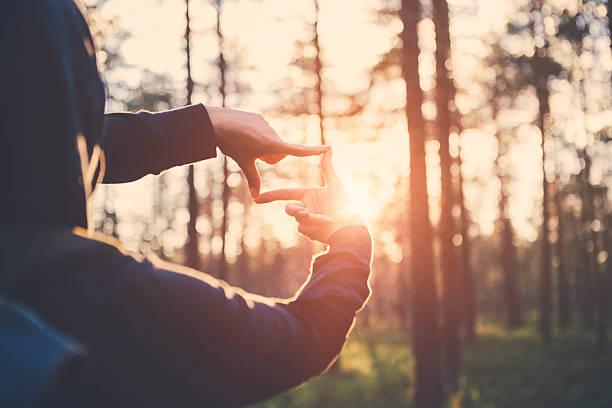 Woman hands framing far sunlight – Foto