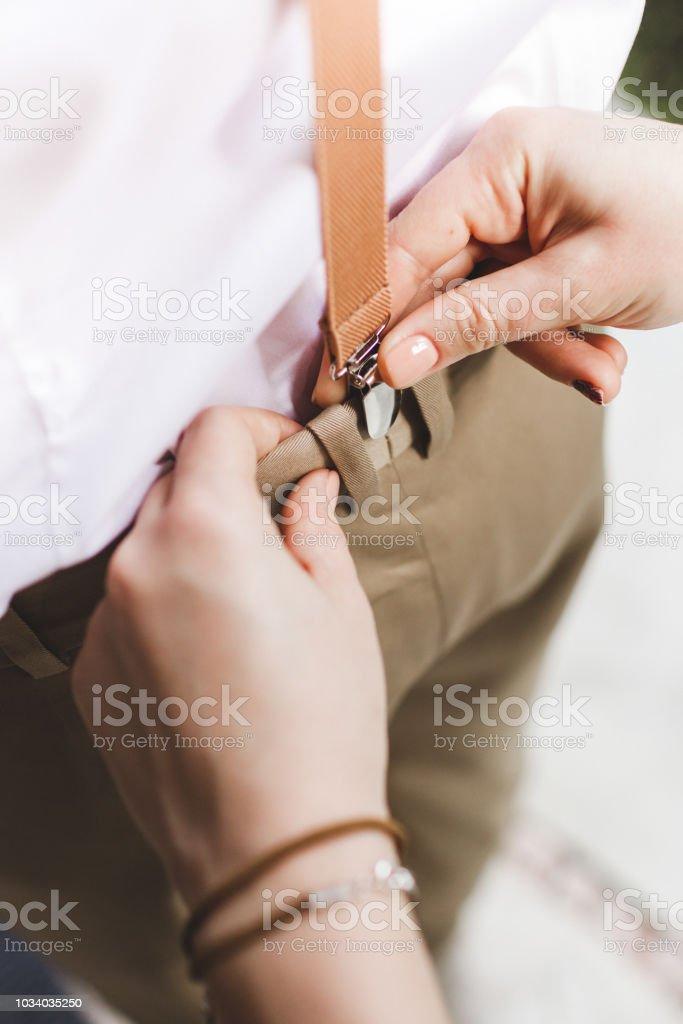 Mujer De Manos Ayuda A Llevar Tirantes Para Pantalones Para Hombre Foto De Stock Y Mas Banco De Imagenes De A La Moda Istock