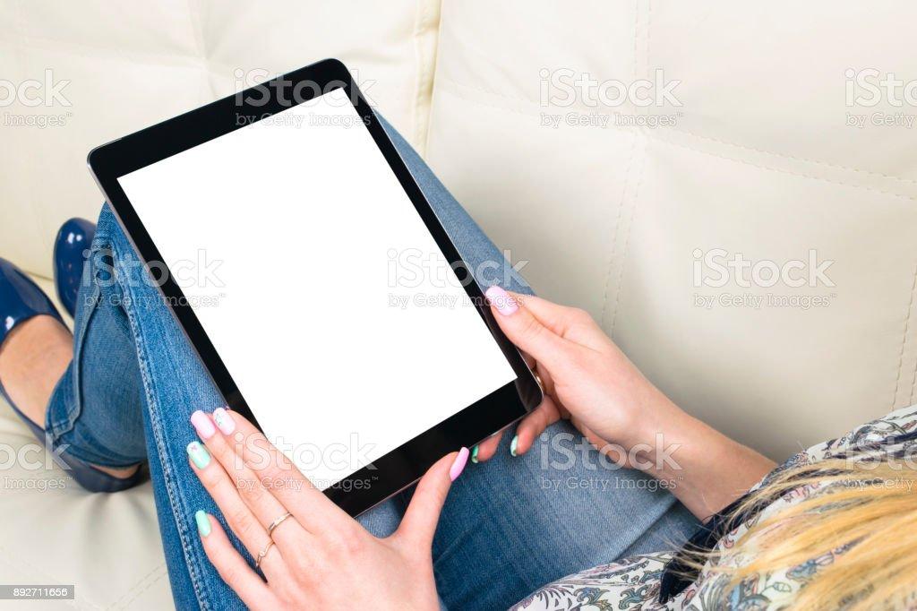 Frau Hände halten und Tablet-Computer mit isolierten weißen Bildschirm. Leerer Bildschirm leer. Kopieren Sie Platz für Text. Isolierte weißer Bildschirm – Foto