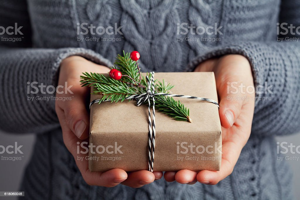 Woman hands holding christmas gift or present box. Holiday concept. – Foto