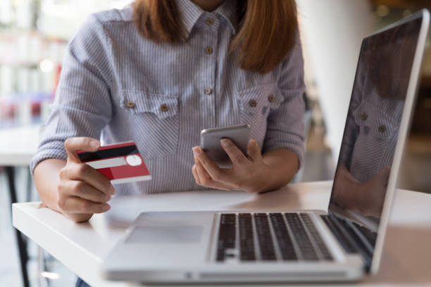woman hands holding credit card and using mobile smart phone for online shopping. – Foto