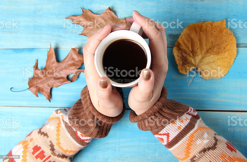 Donna mani tenendo la tazza di caffè foto stock royalty-free