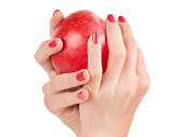 女性両手クリッピング パスで分離された赤いリンゴ