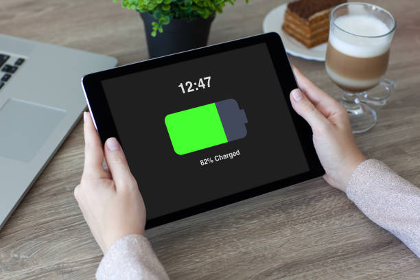 frau hände halten tablet mit geladener batterie bildschirm im café - sinnvolle wörter stock-fotos und bilder
