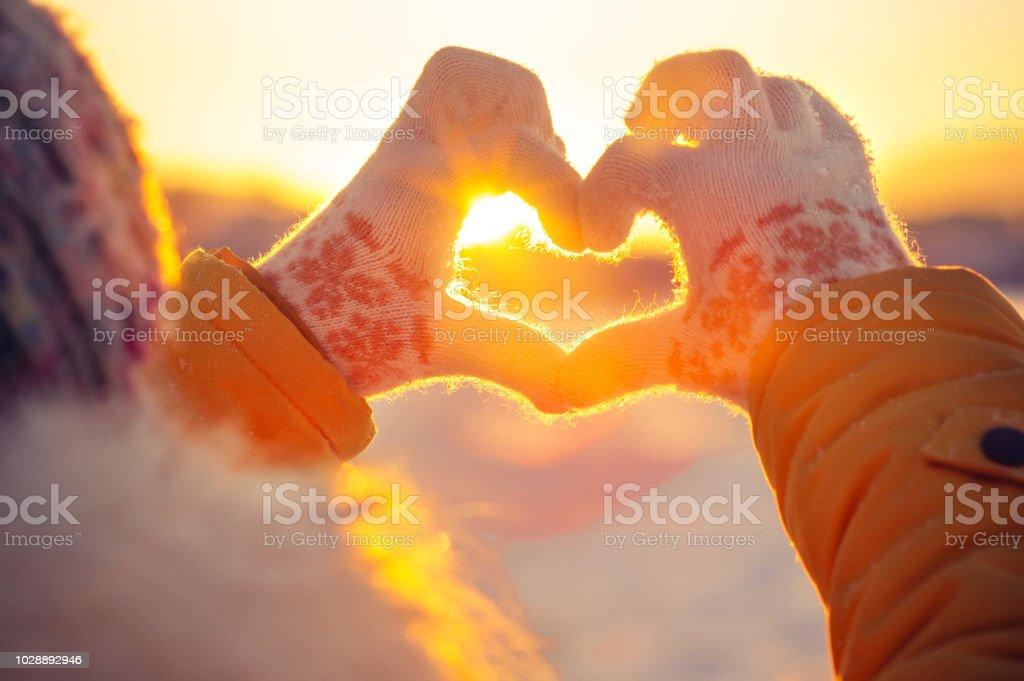 Frau Hände im winter Handschuhe Herz-symbol – Foto