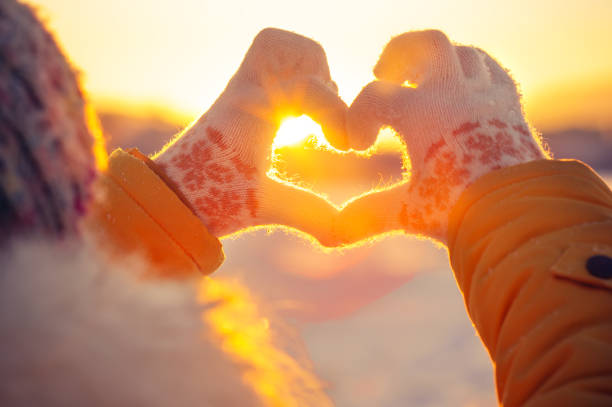 woman hands in winter gloves heart symbol - inverno imagens e fotografias de stock