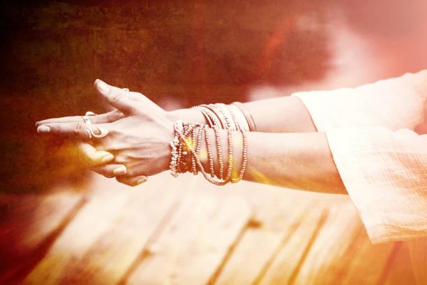 frau hände in yoga-symbolischer geste - kundalini yoga stock-fotos und bilder