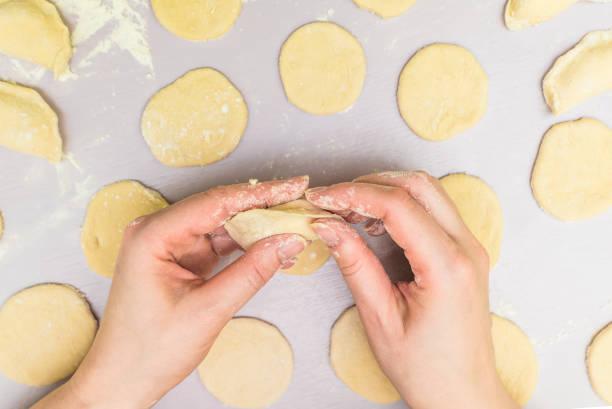 frau hand machen ravioli - knödel kochen stock-fotos und bilder
