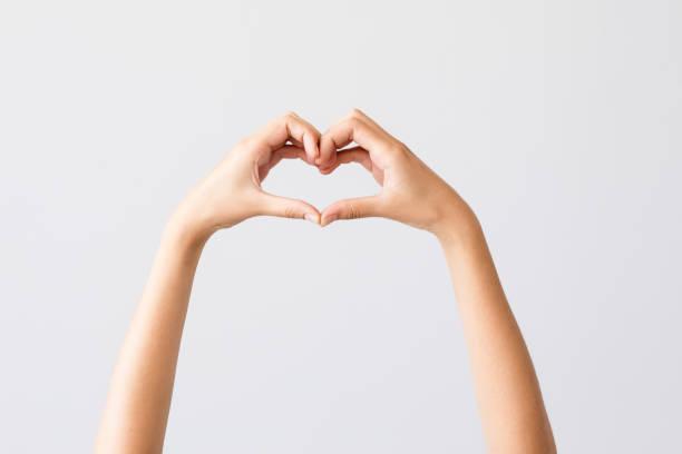 Frau Hände machen Herzform – Foto