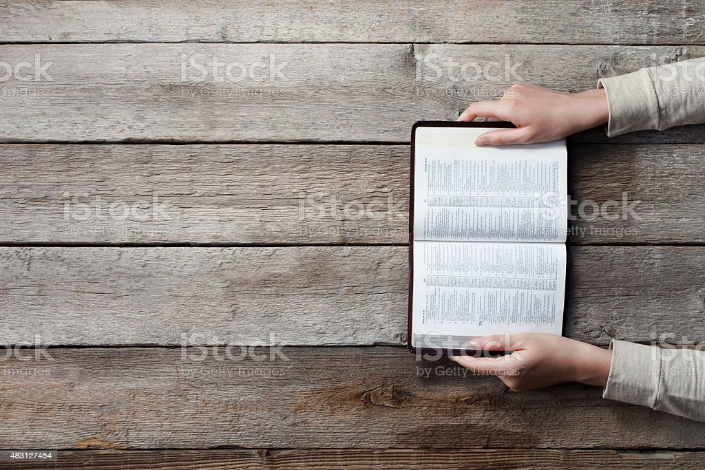 woman hands on bible​​​ foto