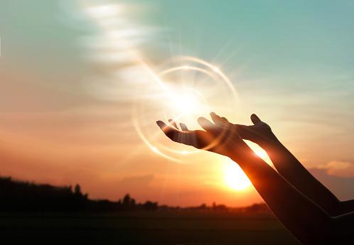 Woman Hands Praying For Blessing From God On Sunset Background - zdjęcia stockowe i więcej obrazów Aspiracje