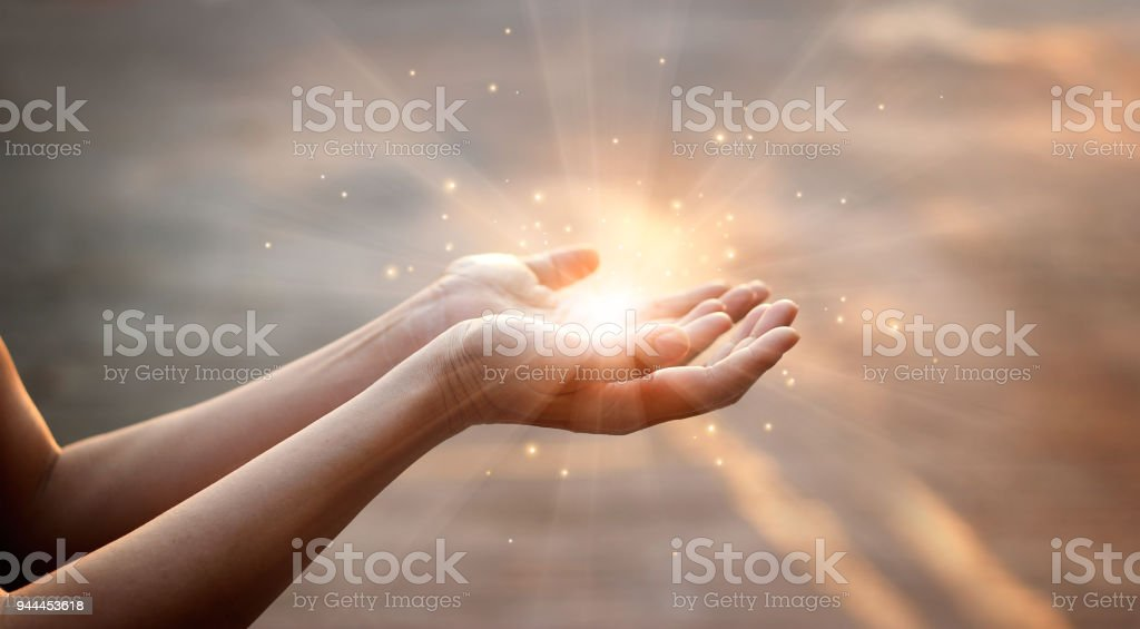 Manos de mujer pidiendo la bendición de Dios sobre fondo puesta de sol - Foto de stock de Adulto libre de derechos
