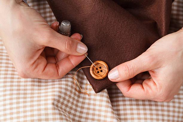 Frau Hände Nähen-Schaltfläche auf Material – Foto