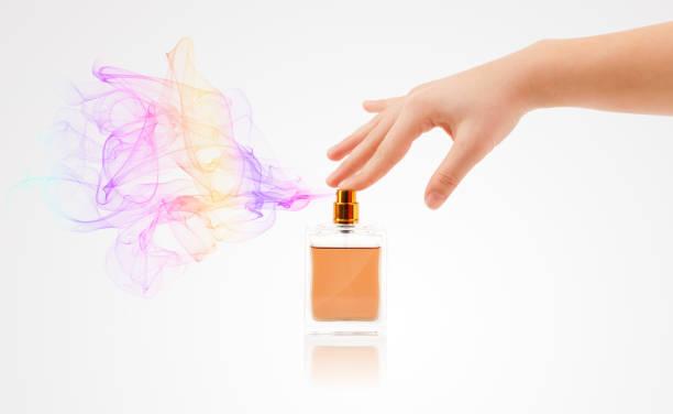 woman hands spraying perfume - spruzzo profumo foto e immagini stock