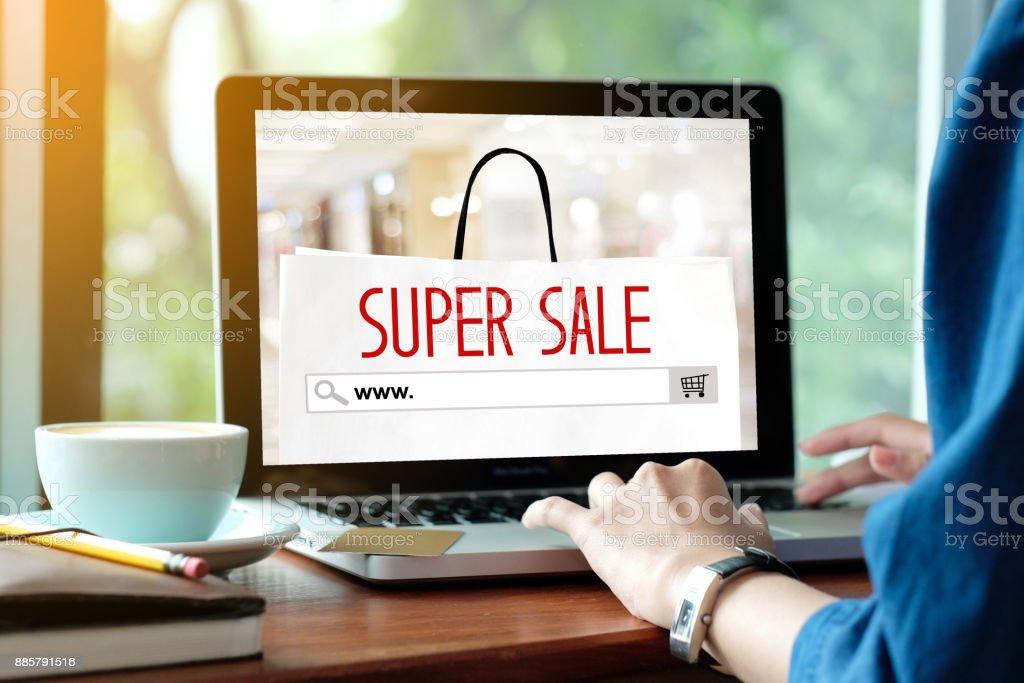 Frau Hände Eingabe Laptopcomputer mit Www. auf der Suchleiste über super Onlineverkauf Banner Hintergrund Urlaub, shopping, online, Business und Technologie - Lizenzfrei Ausverkauf Stock-Foto