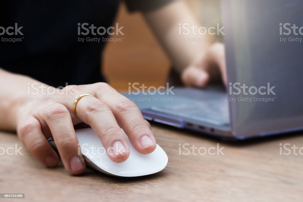 Woman Hands Using Laptop and Wireless Mouse foto stock royalty-free